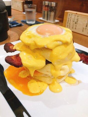 お食事系のパンケーキも人気です。カリっと香ばしいベーコンと半熟の卵が、しっとりとした生地と良く合います。とろけるようなパンケーキは、ここでしか味わえないと評判です。