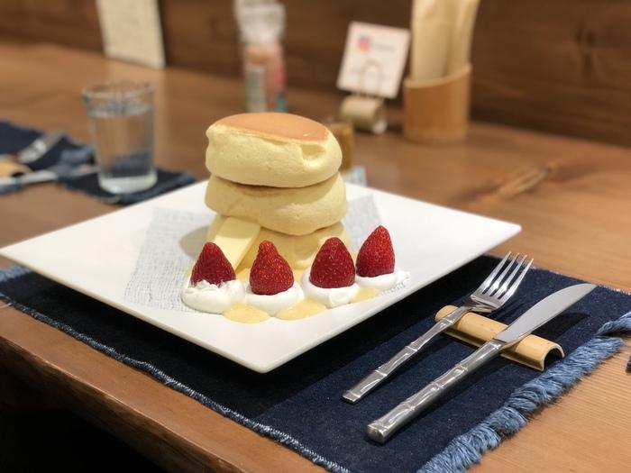 どのメニューにしようか迷ったら、米粉を使ったふわふわのパンケーキが3枚重なった「蜂蜜とバターパンケーキ」はいかがですか?一見ボリューミーですが、スフレのような軽い食感でぺろりと食べられます。クリームやソースなどのトッピングも追加できて、こちらは季節の果物。ふんわり甘いパンケーキとみずみずしいフルーツの組み合わせがベストマッチです。