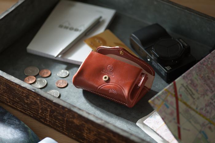 こちらのスモールパースは、小銭やお札、カード、鍵なども十分収納できる気の効いたサイズ。たくさんの仕切りがあるので小物も整理して収めることができます。真ん中の仕切りにはボタンがついていて、小銭を入れるのに最適です。