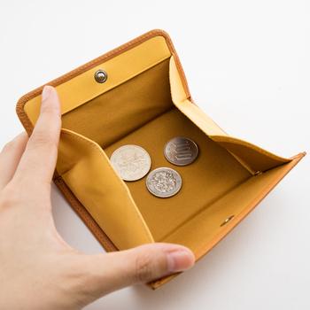がばっと大きく開く小銭入れ部分。中に入っているコインが一目瞭然で、お支払いの時取り出しやすい。