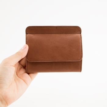私たちが日々、本当に必要とするものを追求し、生まれたブランド「STANDARD SUPPLY(スタンダードサプライ)」。こちらは、ムダな装飾や機能を一切排除したシンプルなミニ財布「SLEEVE PURSE W BOXCOIN」。
