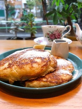 「クラシックパンケーキ」は、さっくり&ふわっとした食感が特徴。バナナとメープルシロップのシンプルでやさしさしいトッピングです。