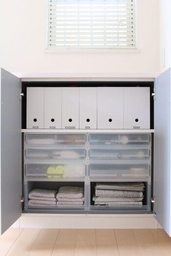扉の中の収納も引き出しやファイルボックスで仕分けしておくと使いやすくなります。  掃除道具や古新聞、普段はあまり使わないアウトドア用品などを収納するのも◎ラベルを貼っておくと、どこに何があるのか一目瞭然です。