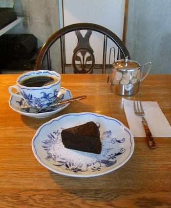 美味しい珈琲のお供にはぜひ自家製のケーキを。ケーキはクラシックショコラとチーズケーキがあります。珈琲とケーキ、お互いの味を引き立て合う最高の組み合わせでほっと一息和んでみては。