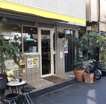 パンケーキタワーで有名な「ミモザ」は、先ほどご紹介したカフェミチクサと同じ浅草4丁目にある、黄色いファサードが目印のお店です。