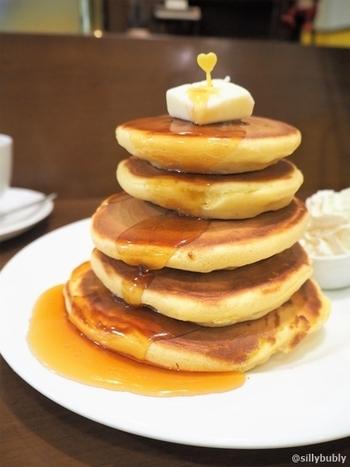5段重ねのボリューム満点のビッグホットケーキ。絵本に出てくるようなタワーに惹かれて訪れる、スイーツファンも多いんですよ。