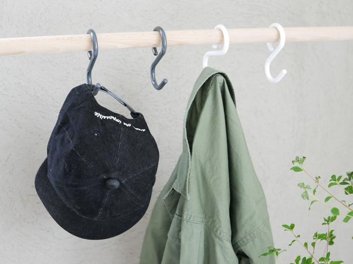 外から帰って、帽子やバッグ、アウターなどを気軽に掛けておけるようにしておくと散らかりにくくなります。 コンパクトな玄関は、突っ張り棒を使いやすいというメリットも。S字フックで即席ハンガーラックを作れます。 また、スリムタイプのハンガーラックなら狭い玄関でも置くことができます。外出する時に忘れたくないモノを掛けておくのに便利ですよ。