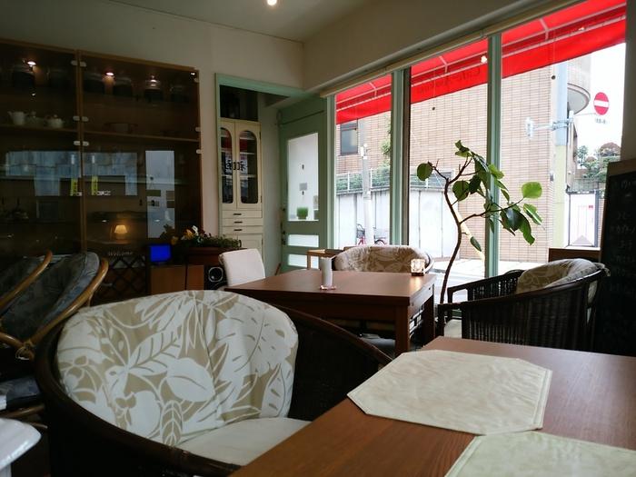 1階は大きなソファが置かれていて、海外のカフェのよう。ランチタイムは満席になることも多いので、早めに訪れましょう。予約もできるので、お店に問い合わせると安心ですね。