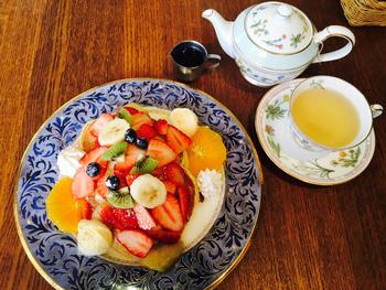 「フルーツパンケーキ 」は、デザインの美しいプレートにカラフルなフルーツが盛りだくさん。パンケーキが隠れるほど果物がたっぷりトッピングされていて、フォトジェニックと評判です。