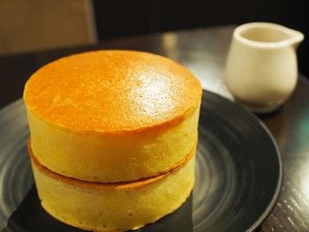 """直焙煎珈琲のスペシャルティコーヒーをはじめ、フードやスイーツメニューにもこだわりが。とくに、銅版でじっくり焼き上げた""""ホットケーキ""""は、多くのお客さんが頼む定番のスイーツです*"""