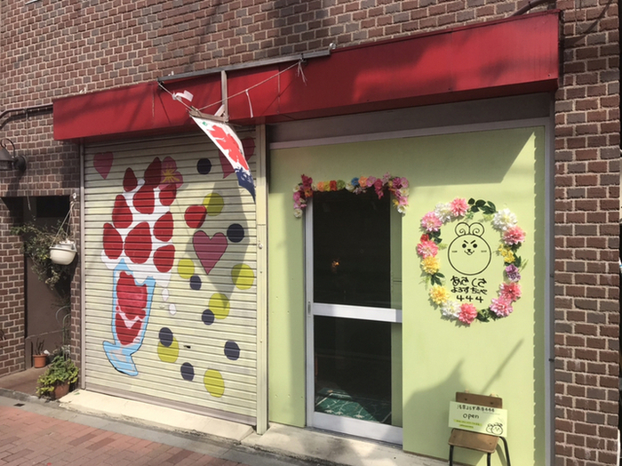 かき氷パフェ発祥のお店として有名な「浅草よろず茶屋444」ですが、実は創作パンケーキもひそかな人気メニュー。花やしきからほど近いので、浅草観光の途中で立ち寄ってみてはいかがでしょうか?
