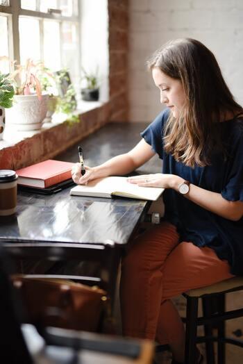 前途の通り、朝は脳が一番リフレッシュした状態なので、勉強するには最適な時間帯。集中力も保ちやすいので、資格の勉強などに取り組むのがおすすめです。朝から脳が活発に動くことで、その日の仕事も効率よく進めることができそうです。