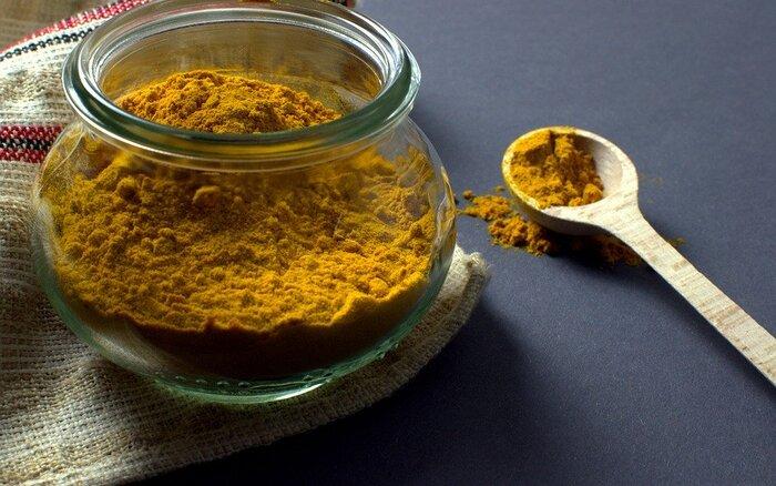 日本では「ウコン」とも呼ばれる、鮮やかな黄色いスパイス。カレー特有の色はこのスパイスによるものです。健胃や鎮痛、抗酸化作用があるとされ、血行を整えて新陳代謝を促進する漢方としても使われます。
