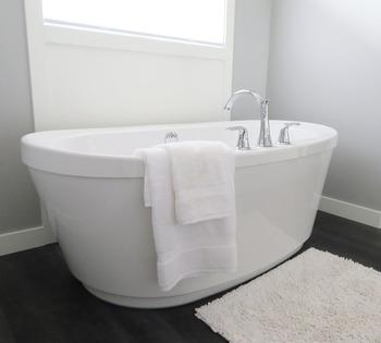 面倒なお風呂場のお掃除は、入浴後すぐに行うのがベスト。入浴後のお風呂場は蒸気で濡れているため、汚れが落ちやすく掃除がしやすい環境です。 1番汚れているのは壁とバスタブの外側。シャンプーや石鹸かす、皮脂などが飛び散って付着しています。乾いて固まってしまうと頑固な汚れになるので、乾く前に洗って流しましょう。温水で流した後は仕上げに冷水に変えて洗い流し、浴室全体の温度を下げて雑菌の繁殖を抑えます。