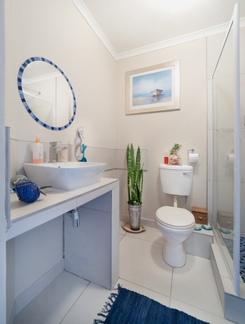 トイレは、毎回使い終わった後に便器や床などをサッとふいておくと、汚れやにおいが気にならなくなります。トイレ専用の中性洗剤をトイレットペーパーにひと吹きして、便器の前フチなど汚れやすい場所をサッとお掃除。あとはそのまま流してしまえばいいので、雑巾を使うよりラクですね。