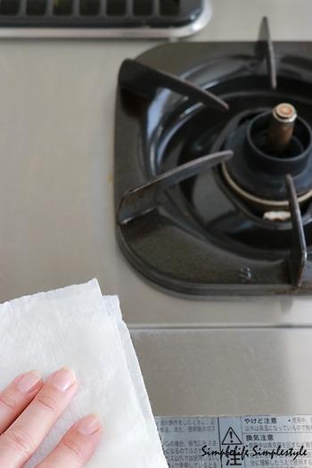 コンロは使った後まだ余熱があるうちにお掃除すると、汚れが落ちやすくてラクです。調理をして汚れが気になるたびに、キッチンペーパーやウエットティッシュなどで拭き取るようにします。
