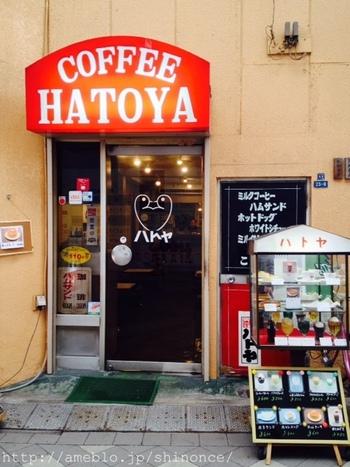新仲見世通りにある「ハトヤ」は、1927年創業の老舗喫茶店。浅草寺の観音様に由来がある鳩にちなんで店名がつけられたそうで、ドアに描かれたマークもキュートです。