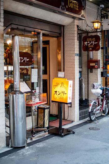 つくばエクスプレスの浅草駅から歩いて5分ほど、合羽橋交差点のすぐそばにある「オンリー」は、1952年創業の老舗喫茶店。レトロな看板が印象的です。