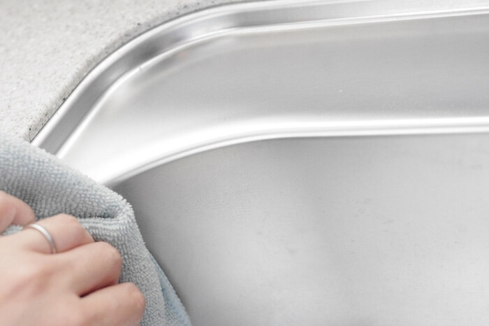 毎日頻繁に使う場所で、水垢がもっともできやすい場所がキッチンのシンク。放置するとやっかいな水垢を防ぐためには、使うたびに毎回シンクを掃除し、水気を残さずにしっかりと乾かすのがベスト。食器洗いが終わったら、シンク用のスポンジでシンクをついで洗い。水を流したら、シンク用のタオルで毎回水気を拭きとっておくようにしましょう。
