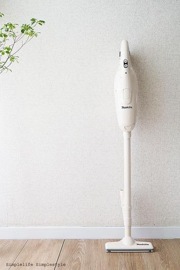 シンプルでおしゃれなデザインの掃除機なら、リビングに立てたまま置いておいてもいいですね。モップ感覚で日常的にちょこちょこ使えて便利です。