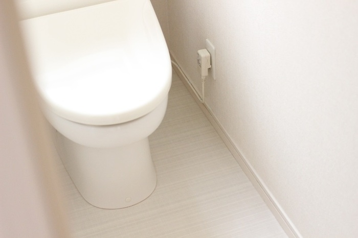 トイレの床にはマットという思い込みは捨てましょう。マットに飛び散った尿や汚れが染み込んで、悪臭の原因になります。床はサッと拭き取れるようにマットが無いほうが清潔に保てます。
