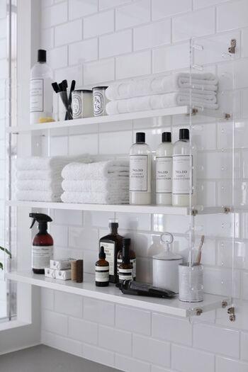 ホテルのように洗練された洗面所は、誰もが憧れるのではないでしょうか。  こちらのお宅では、デザインの良いアイテムに絞って、オープン棚にディスプレイ収納しています。また、タオルやディスペンサーもこだわり抜いて、バランスよく配置しているのはさすがです。