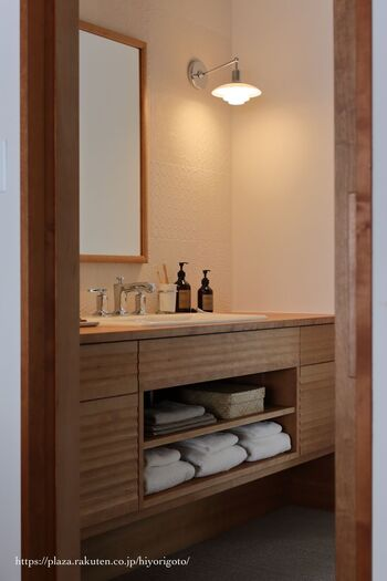 洗面所では、身支度を整えるだけでなく癒しの時間を過ごせたら素敵ですね。心地良い空間づくりに役立つのが、温かみのある光です。  間接照明やアンバーな色合いの照明がひとつあるだけで、洗面所のイメージがシックな雰囲気へと変わります。