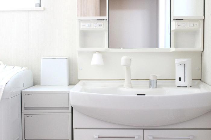 洗面所にはできるだけ派手な色を使わず、ベーシックな色で統一すると落ち着いた印象に仕上がります。ナチュラルなインテリアがお好みならベージュのベースカラーに木目調を取り入れるのがおすすめです。
