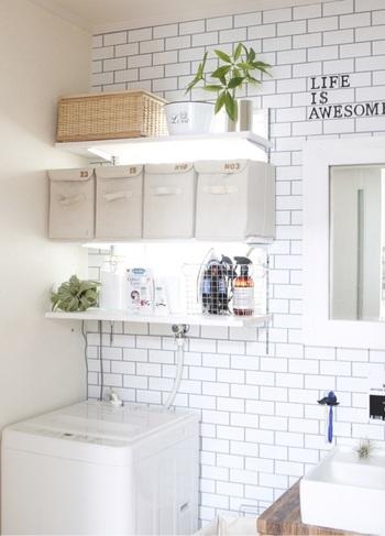 住宅事情によっては、小さく窓のない空間であることが多い洗面所は、白を取り入れて広く見せるのも良いですね。  こちらのお宅では、クロスやタイル、収納ボックスや洗剤ボトルを白で統一して明るい空間に。白を異素材で取り入れることで、同じ色を使っていても奥行きのある素敵なインテリアに仕上がります。
