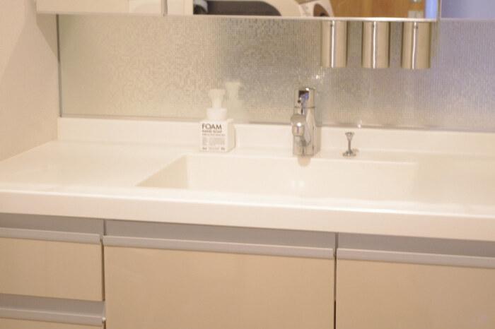 特に汚れやすい洗面台周りは、置くモノを減らして掃除をしやすい空間にしましょう。 水まわりが常に整っていれば、こまめなお手入れがしやすくなります。歯ブラシや歯磨き粉などはできるだけ飾り棚や洗面台の収納へ。手洗い石けんやインテリアグリーンなど、最低限のモノだけを置くようにしてみましょう。