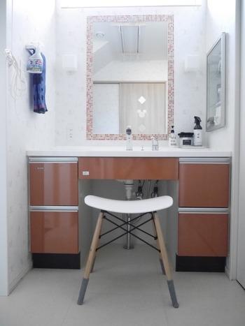 空間に余裕があるなら、洗面所に小さなチェアを置くとドレッサーにも。お気に入りのチェアに腰掛ければ、忙しい朝も、優雅な気分で身支度を整えられそう。