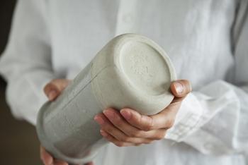 粘土を原料とする陶器の花瓶は、磁気に比べると重厚感があります。 そこにあるだけで存在感を放つため、リビングや玄関など住まいの顔となる場所にぴったりです。  花を生けてないときもオブジェのように飾りたい、という方におすすめ。