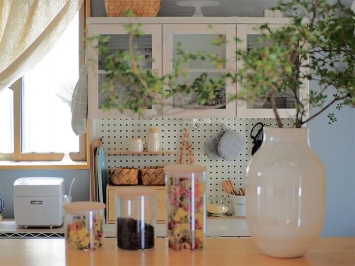 大ぶりの枝ものを生けたい時には、どっしりとした陶器製の花瓶を選ぶのがおすすめ。壁や天井などの部屋のベースカラーに合わせて色味を選べば、サイズが大きくても周りのインテリアになじみます。