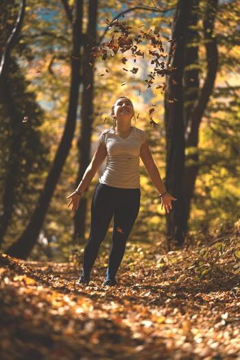 いつも同じルートばかりで歩いていると、飽きてしまう原因になりかねません。違う場所を歩くと景色が変わり新鮮な気持ちになりますし、同じ道でもいつもと逆回りするだけで全然違う道に見えてきますよ。 いくつかのウォーキングルートを設定しておくと、毎回新しい発見があり楽しく歩くことができるでしょう。