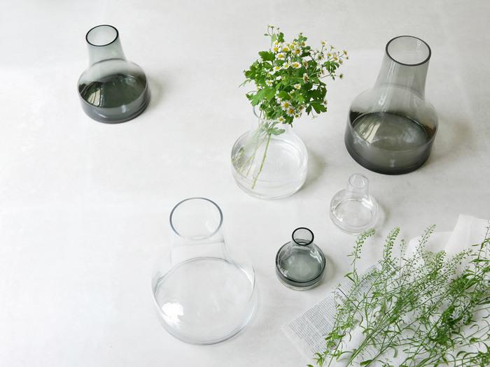 花を軽やかに飾りたいならガラス製がおすすめ。 その透明度から花瓶が主張しすぎず、さりげなく花を引き立ててくれます。  ガラス製の花瓶を置くのにぴったりの場所は、キッチンカウンターや洗面所。水まわりを爽やかに演出しています。ガーデニングで育てているハーブを、使う分だけ摘んで挿しておくのも素敵です。