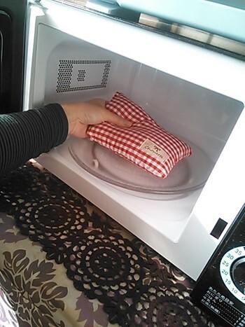 おうちや職場で冷えが気になったときには、電子レンジで温められるカイロもおすすめ。こちらは、小麦粒が入った天然素材を利用したカイロです。レンジで約1分~1分半加熱すればOK。ピンポイントで体を温めたいときに便利です。夏は冷蔵庫で冷やすと、ひんやりグッズにもなりますよ♪