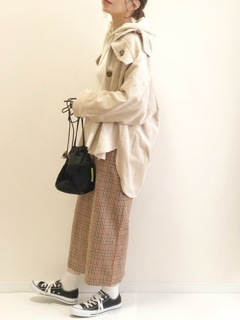 襟元を少し後ろにずらして「抜き襟」を意識して羽織ったり、袖口をまくって手首を見せたり…程よく抜け感を演出するのが上手に着こなすコツです。