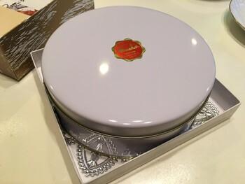 パウンドケーキはレトロな丸い缶と箱に入っていて、手土産用には小花柄のきれいな包装もしてくれますよ。3日目以降に食べると、味がしっくりと馴染んでくれるのでより美味しくいただけるんだとか!