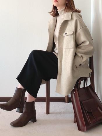 ほっそりとした長めのタイトスカートは、ゆとりのあるCPOジャケットと相性抜群。アウターが淡いライトカラーの場合は、ボトムスや小物を引き締めカラーでまとめるのが正解です。