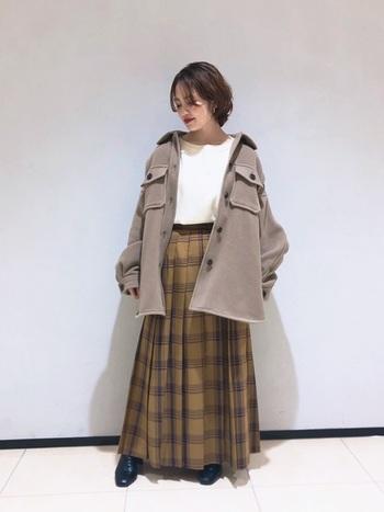 無地のCPOジャケットコーデにアクセントプラスしたいなら、柄物のボトムスを合わせるのもおすすめ。チェックのロングスカートは秋冬らしい季節感を添えてくれます。