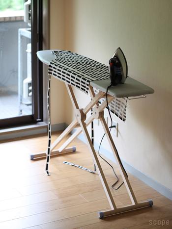 ドイツ生まれのアイロン台です。台がスリムで無駄のないデザインですね。無垢材の足もナチュラルで素敵です。高さは身長に合わせて調整できますよ。足を畳むとフラットになるので、立てかけておくのも◎