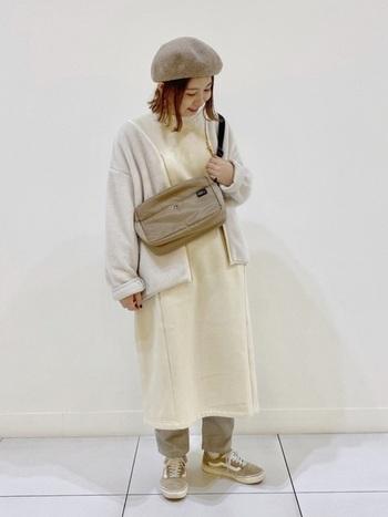 ベージュのワンピースにライトグレーのパンツをレイヤードして防寒対策もバッチリ◎同色系のシューズ、バッグ、ベレー帽がスタイルにそっと寄り添って、着こなしの魅力を高めてくれています。