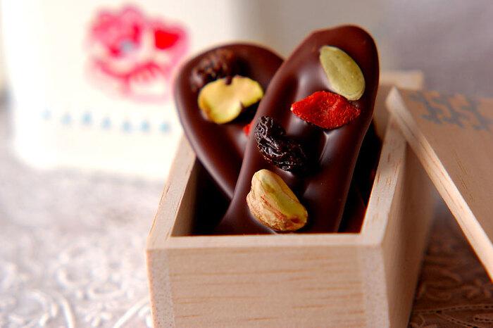上掛け用と普通のチョコをブレンドする事で、安定した状態を簡単に保てるよう工夫されたレシピ。型いらずで手軽にたくさん作れるのもうれしいですね。