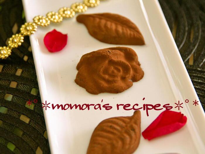 トリュフチョコレートの中身やチョコレートケーキのデコレーションに使われる事の多い生チョコ。難しそうですが生クリームにチョコレートを溶かし込むので、加熱しすぎに気をつければ意外と簡単。型を使って成形すると、こんなおしゃれな仕上がりになります。
