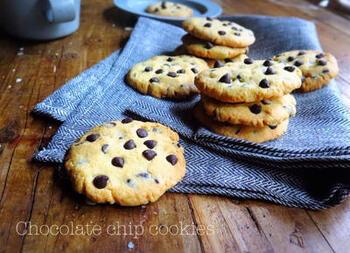 クッキー生地にチョコレートチップを混ぜて焼くチョコチップクッキーは、手軽に作れるチョコスイーツの定番。バターをおいしい物にすると仕上がりがランクアップします。