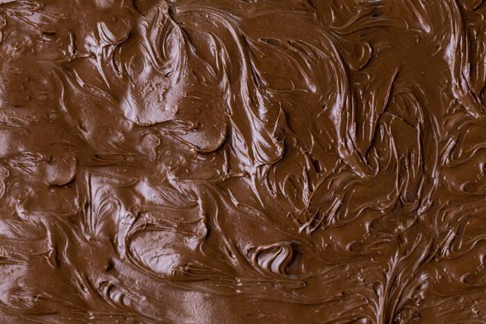 製菓材料売り場などで「テンパリング不要」となっているチョコレートもあります。これはケーキなどに溶かしかけるなどして使う「上掛け用のチョコレート」です。温度管理がなくても安定した状態になるよう油脂が加えられているため風味がすこし弱め。このチョコレート単体だと少し物足りないかもしれません。