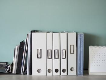 半分に畳めば、本や書類ケースと同じように収納できます。一見アイロン台とは思えないですよね!色々な場所に収まるので、収納のアイデアが湧いてきそう。