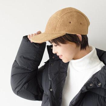 フリース素材で仕上げたシンプルデザインのキャップは、5パネル構成でスポーティーな印象を与えるアイテム。ふわっとした暖かな生地感と、長時間被っても疲れを感じにくい軽さが魅力の帽子です。