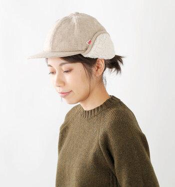 ボアとツイード風のウール素材を組み合わせた、耳あて付きのキャップ。耳あて部分は自由に上げ下げできるので、気温やコーデに合わせて着用スタイルを変えられるのが特徴です。