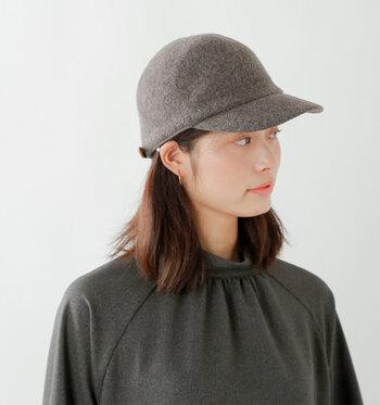 ウールフェルトを使用し、なめらかな丸みを帯びたシルエットに仕上げた上品な印象のキャップです。ツバを短めに、トップを深めにすることで、しっかりと被れるデザインに。乗馬帽のような印象を与えるアイテムは、冬のクラシカルな着こなしにも合わせやすいアイテムです。